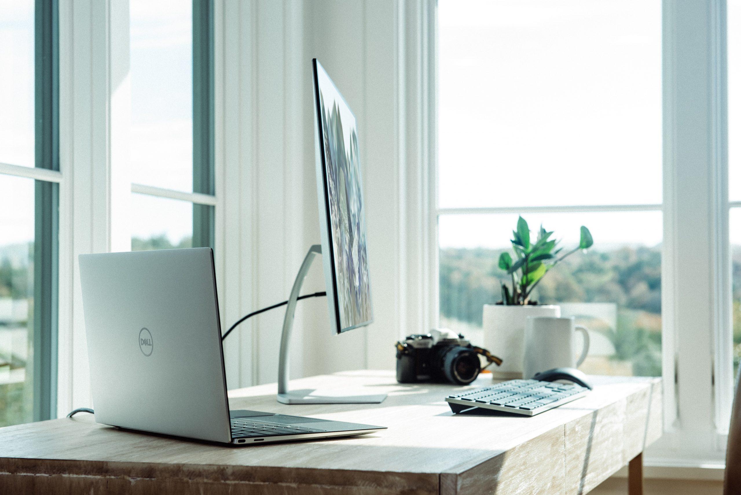 Home office Arbeitsplatz mit Schreibtischund PC